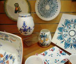 Vaisselle en céramique, faïence décorée à la main