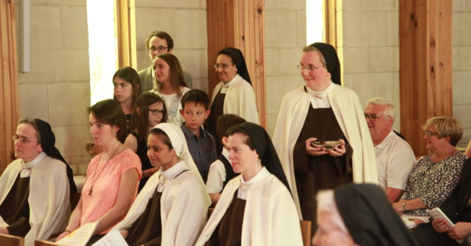 Procession des offrandes dans la chapelle du Carmel