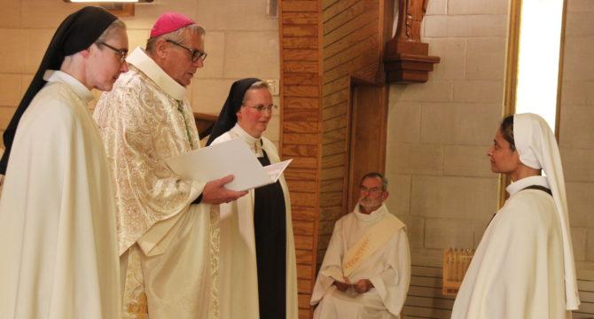 L'évêque du Havre, la prieure du Carmel et la sous-prieure