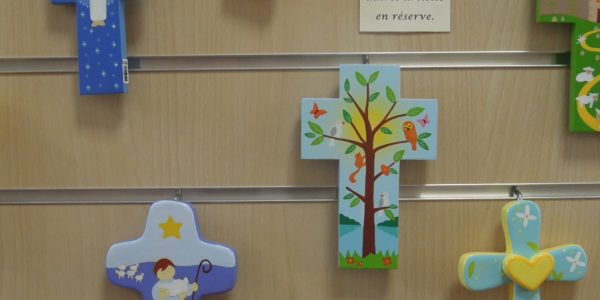 Croix murales en bois peint