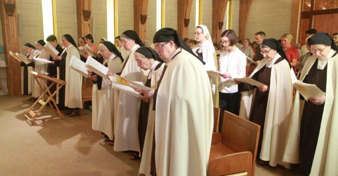 Les soeurs et l'assemblée célèbrent le jubilé de Sr Christine