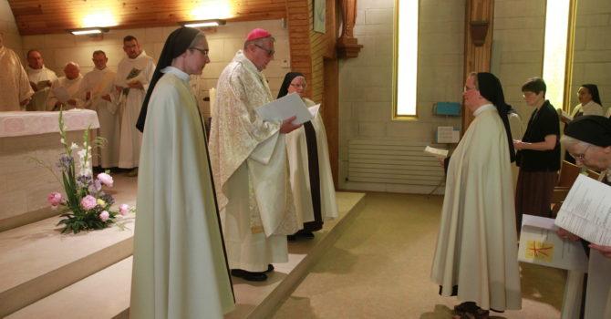 Soeur Christine renouvelle ses voeux devant Mgr Brunin et la communauté